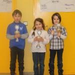 Siegerehrung U8: Maximilian Lohr (2.), Maria Schilay (1.) und Samuel Klapperstück (3.)